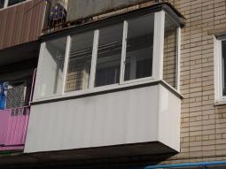 Остекление балкона ПВХ профилем 3200x700х1500 мм.